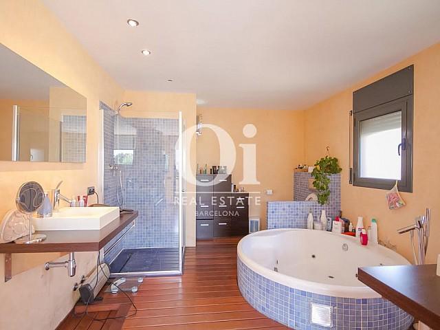 vista de baño con hidromasaje en casa adosada en venta en el Maresme