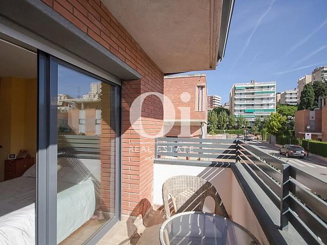 Balcon ensoleillé d'une maison de luxe en vente près de Barcelone
