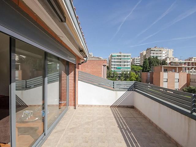 Balcon terrasse ensoleillé d'une maison de luxe en vente près de Barcelone
