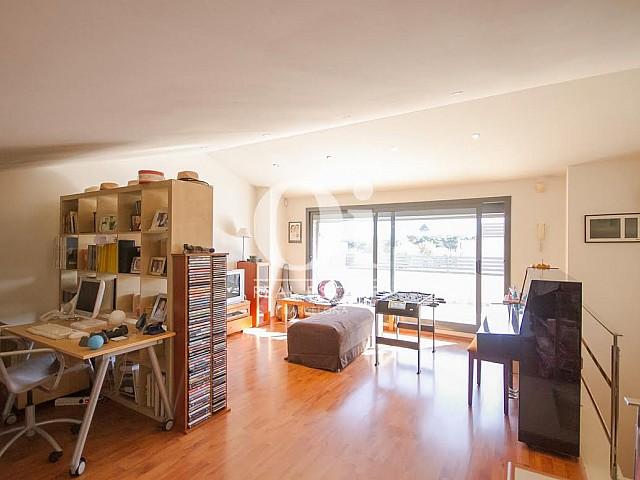 vista de habitación altillo con terraza en casa adosada en venta en el Maresme