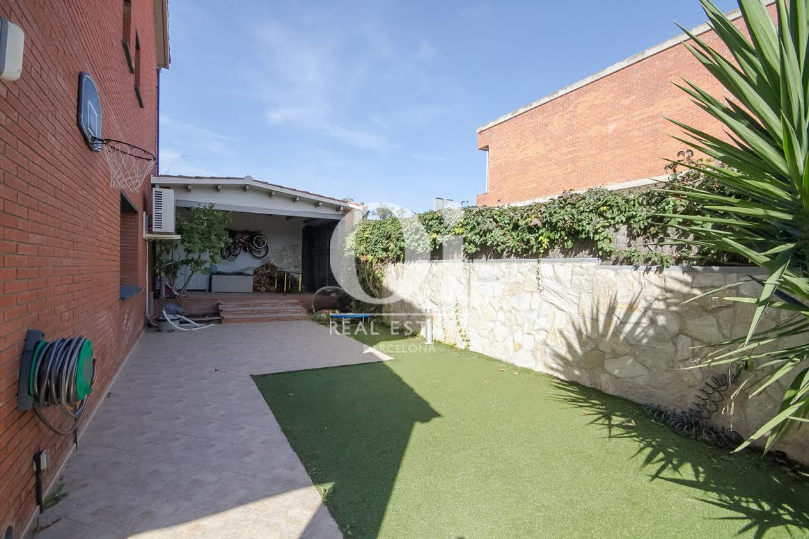 Jardin ensoleillé d'une maison de luxe en vente près de Barcelone