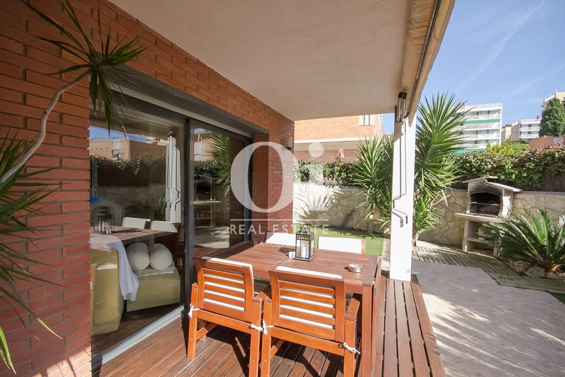 vista de terraza con porche en casas adosada en venta en LLavaneras el Maresme