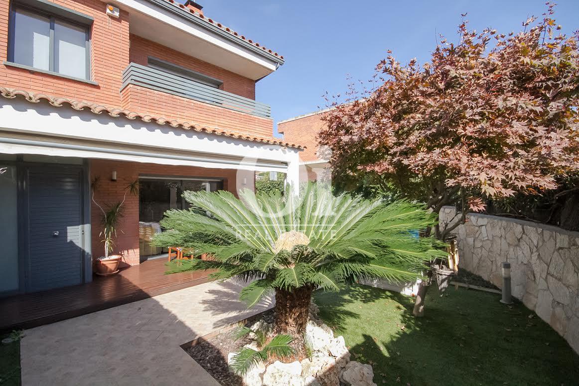Façade superbe d'une maison de luxe en vente près de Barcelone