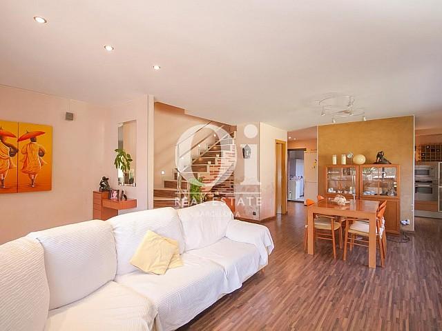 vista de salón comedor con chimenea en casa adosada en venta en Llavaneras en el Maresme