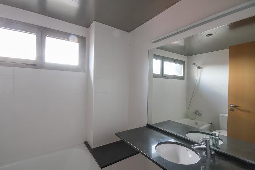 Vista de cuarto de baño en piso en venta en Fabra i Puig, Barcelona