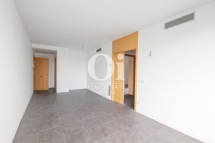 vista de salón comedor diáfano en piso en venta en Barcelona zona Fabra i Puig