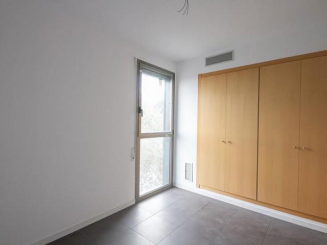 vista de dormitorio doble con armarios empotrados en piso en venta en Barcelona zona Fabra i Puig