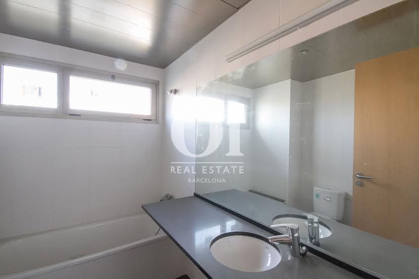 vista de baño completo en piso en venta en Barcelona zona Fabra i Puig