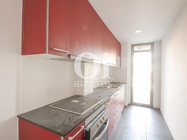 vista de cocina equipada y con galería en piso en venta en Fabra i Puig en Barcelona