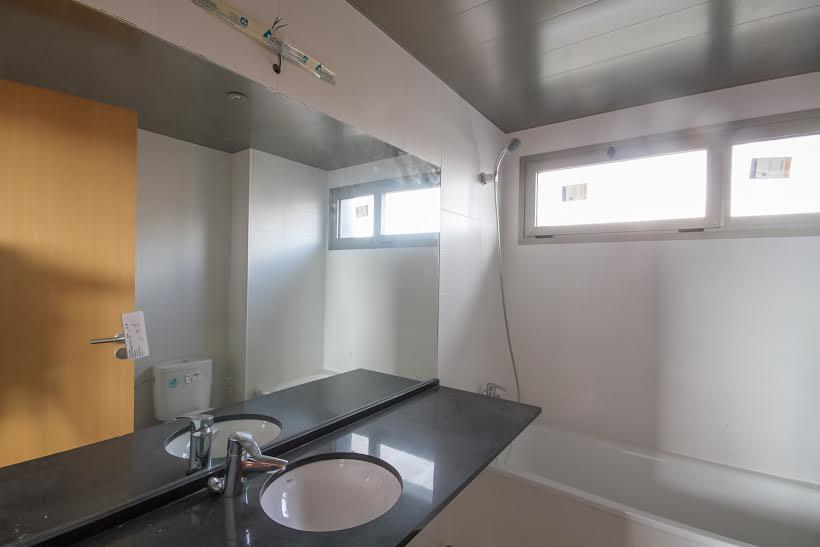 vista de baño completo con ducha en piso en venta en Fabra i Puig en Barcelona