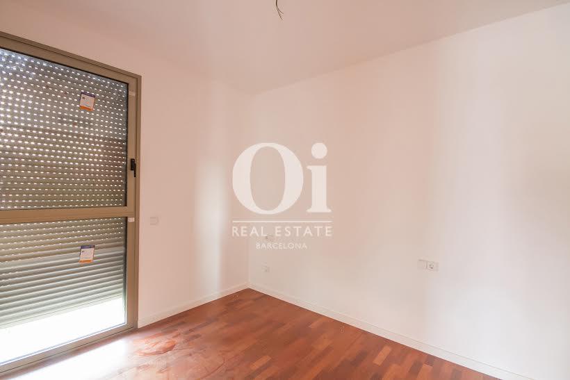 vista de dormitorio con armarios empotrados en piso en venta en Fabra i Puig en Barcelona