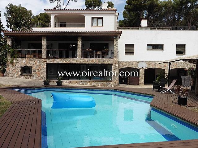 Idílica casa de estilo mediterráneo en venta en la urbanización Bellamar, Castelldefels