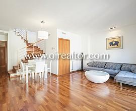 Fantàstic àtic en venda amb terrassa de 40 m2 al cotitzat Eixample Dreta, disposa de llicència turística