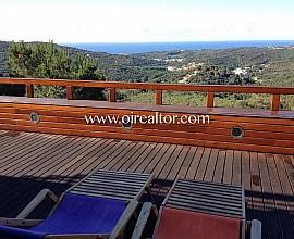 Moderna casa rural amueblada con vistas panorámicas a la montaña y al mar en Sant Cebrià de Vallalta