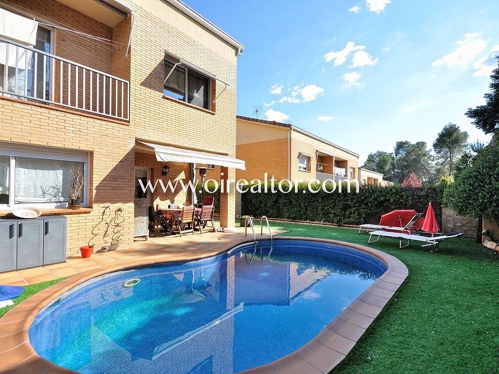 Fabulosa casa esquinera con piscina climatizada en sant for Casa con piscina climatizada