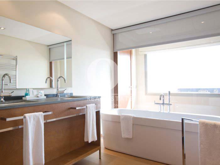 Vistas de cuarto de baño en habitación de hotel en venta en Villa Olímpica de Poblenou, Barcelona