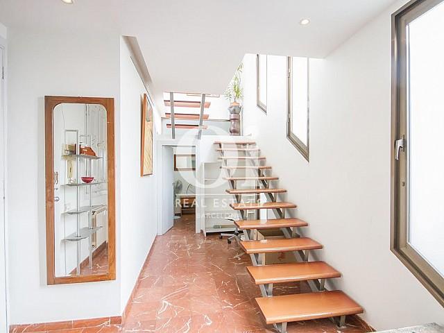 Vista de escaleras de dúplex en alquiler en Sant Gervasi, Barcelona