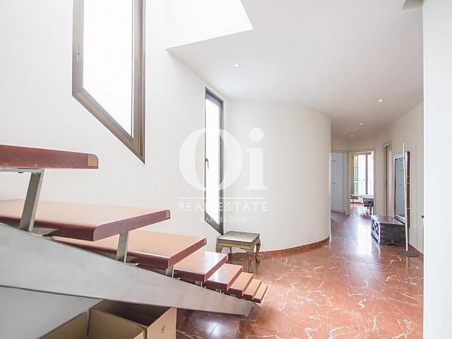Vista de escaleras y recibidor de dúplex en alquiler en Sant Gervasi, Barcelona