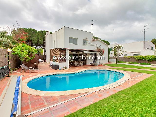 Casa de estética mediterránea con pisicna en Terramar, Sitges