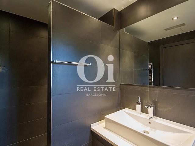 Badezimmer in eindrucksvollem Luxus-Haus zum Kauf in Sant Just Desvern in Barcelona