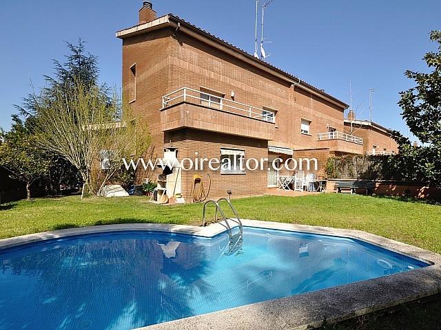 Bonita casa esquinera de  285 m2 con piscina en Sant Quirze del Vallés