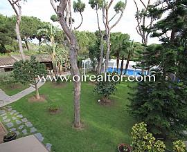 Estupenda casa con mucho terreno en segunda línea de mar en Gavá Mar