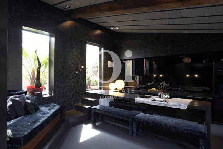 Vista de salón comedor con cocina americanade de  ático de diseño en venta en Nou de la Rambla