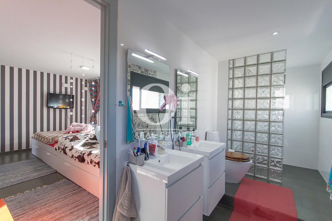 Vista de cuarto de baño de contemporáneo chalet en venta en Tiana, Maresme
