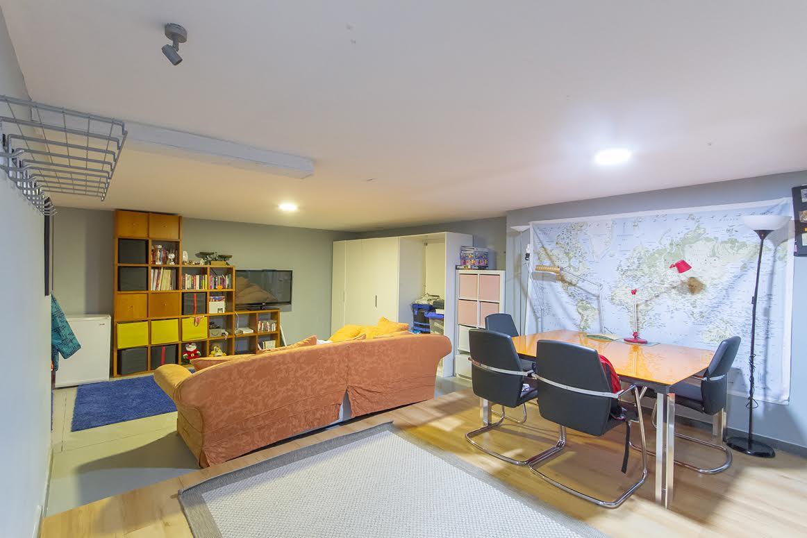 Vista de cuarto de estar de contemporáneo chalet en venta en Tiana, Maresme