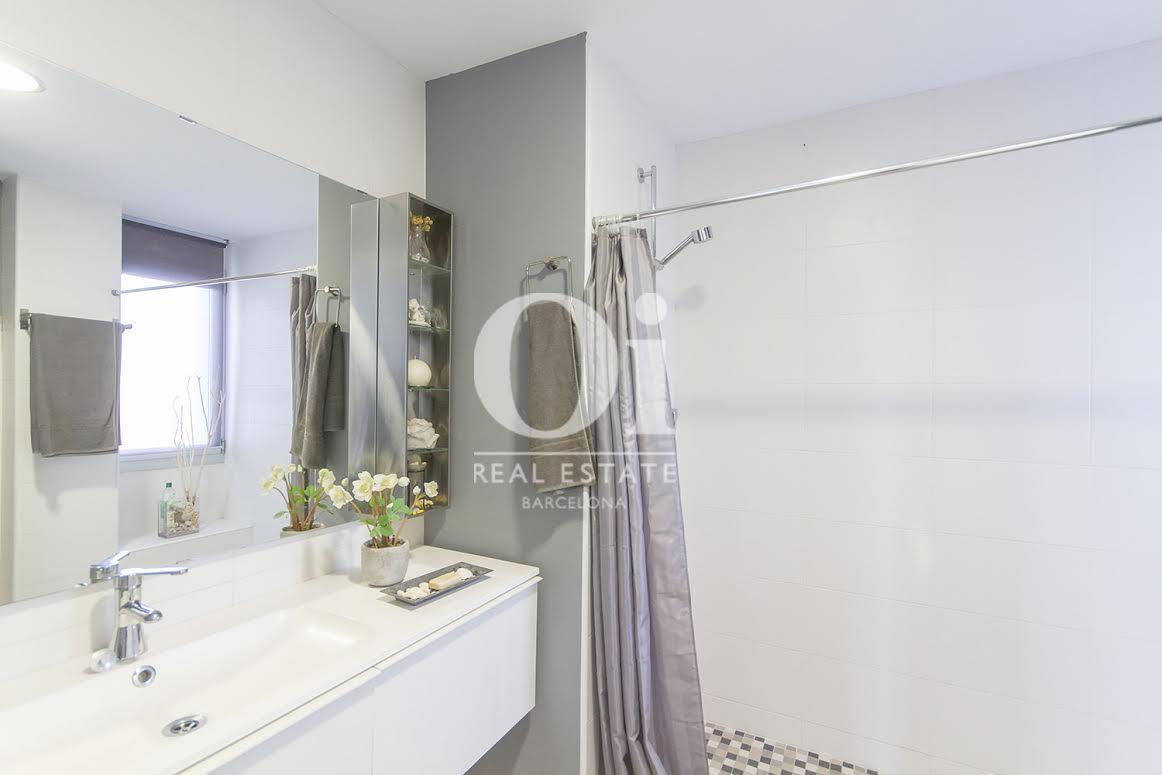 Vista de cuarto de baño en propiedad de lujo en venta en Sant Andreu de Llavaneres