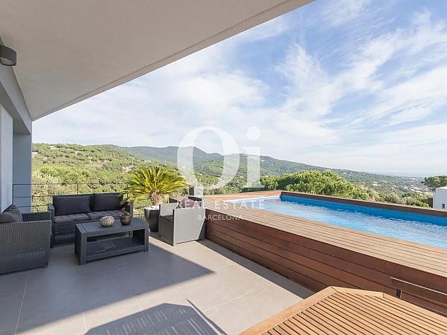 Vista de piscina y fachada en propiedad de lujo en venta en Sant Andreu de Llavaneres