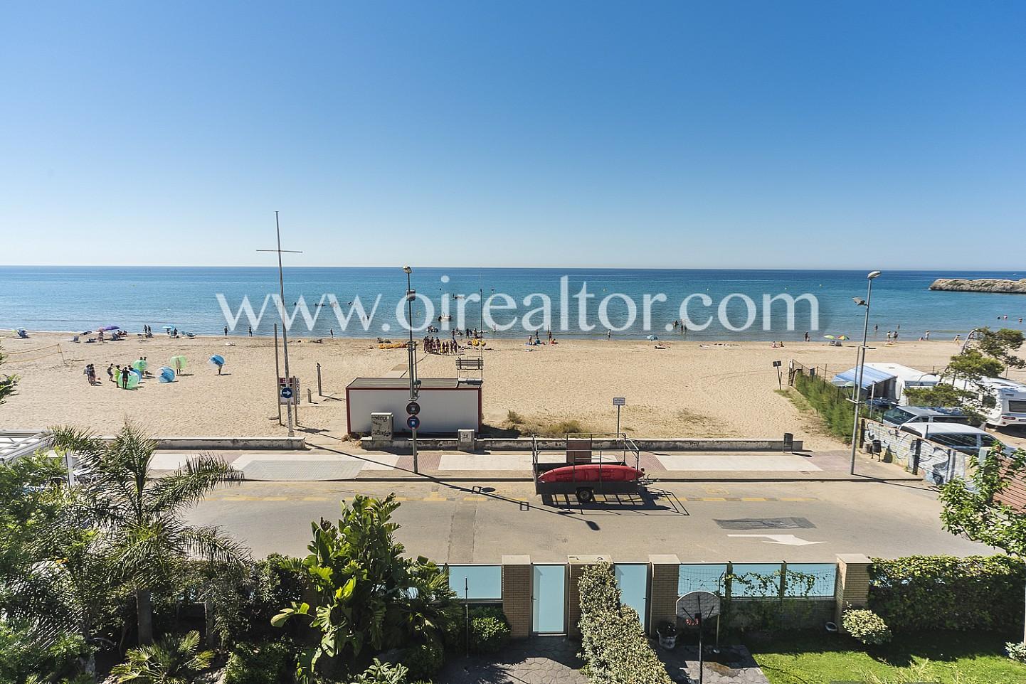 Espectacular casa a un paso de la playa en tarragona oi for Apartamentos jardin playa larga tarragona