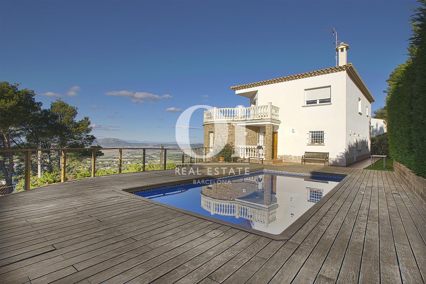 Vista de piscina y exteriores de casa en venta con vistas en Pals