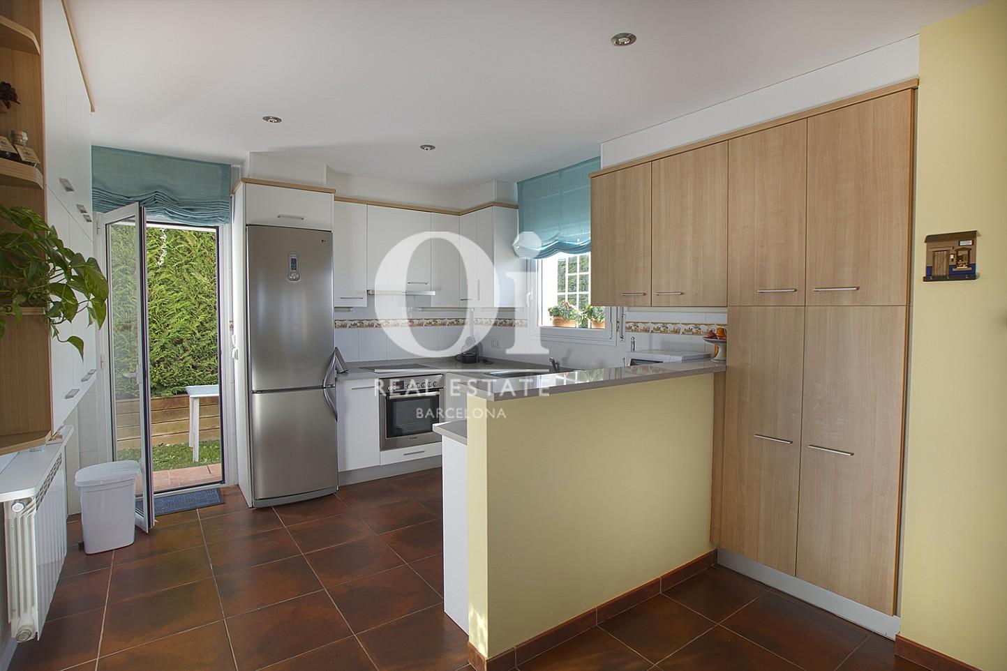 Vista de cocina con isla de casa en venta con vistas en Pals