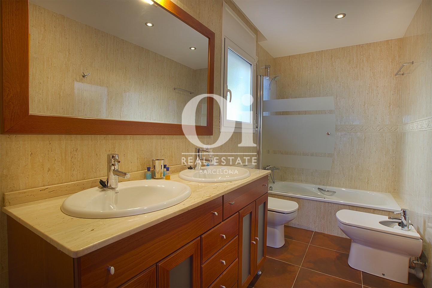 Vista de cuarto de baño de casa en venta con vistas en Pals