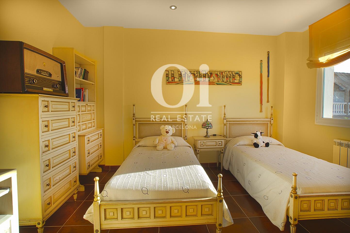 Vista de dormitorio doble de casa en venta con vistas en Pals