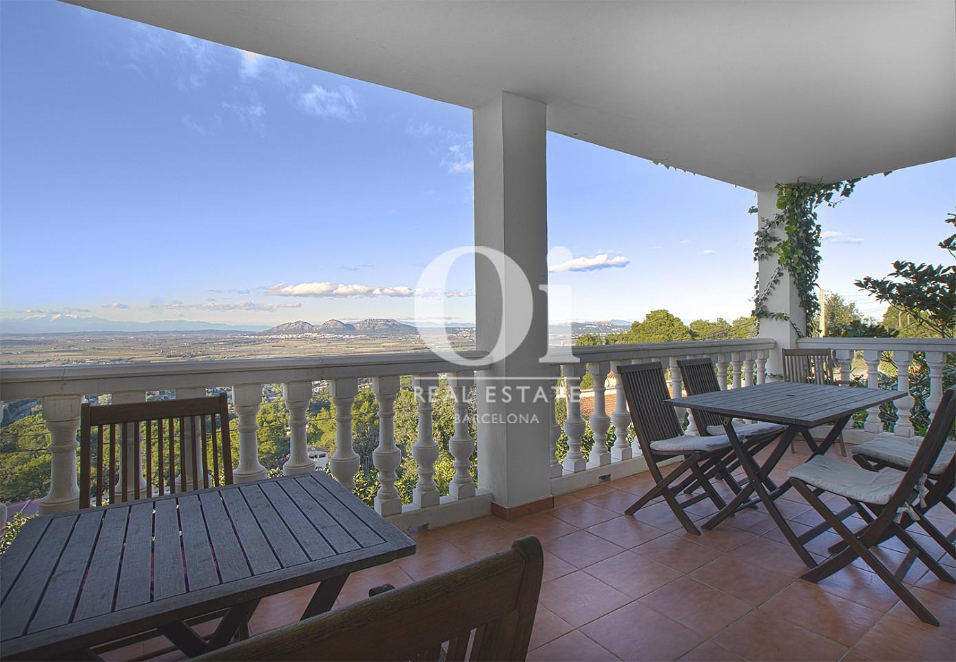 Vista de porche de casa en venta con vistas en Pals