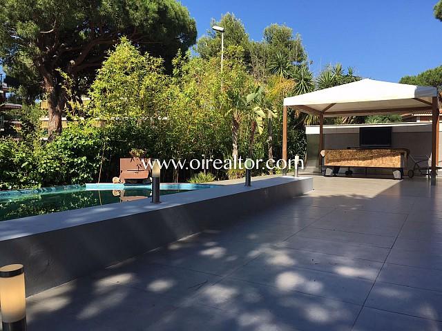 Espectacular casa de tipo chalet recién reformada en primera línea de mar en Gavà, Costa de Barcelona