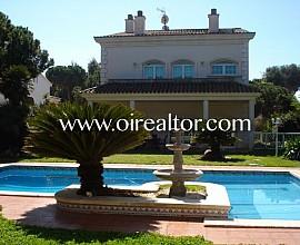 Casa de estilo clásico en Gavà Mar