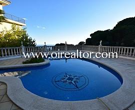 Magnificent villa for sale in an urbanization close to Lloret de Mar