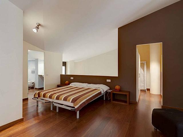 Dormitori amb llit de matrimoni