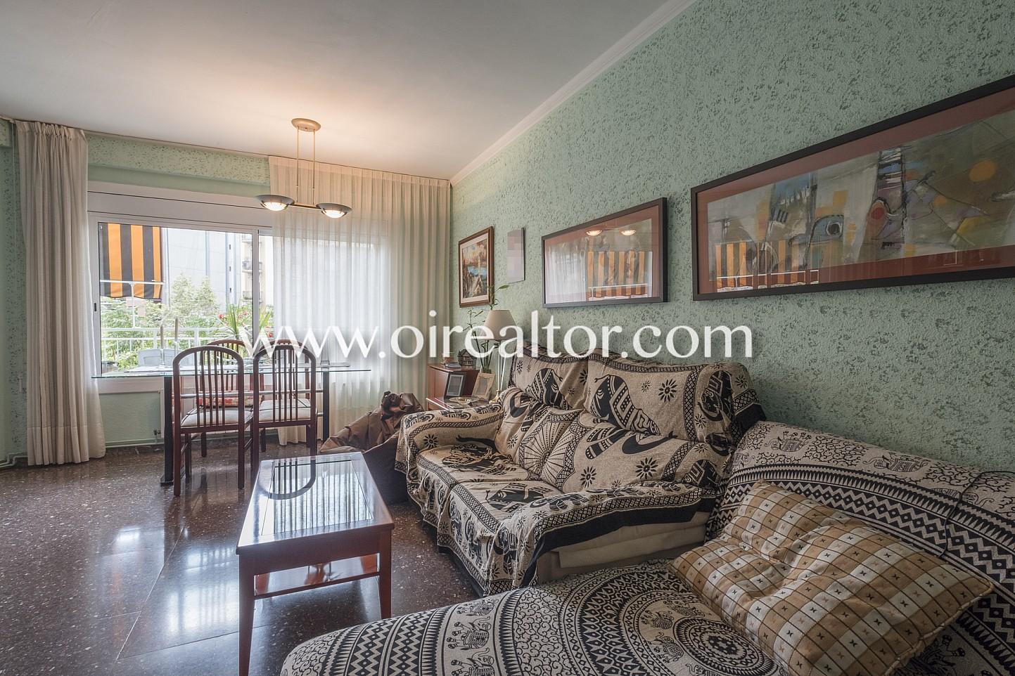 Amplio piso con balc n exterior en sagrada familia for Piso sagrada familia malaga