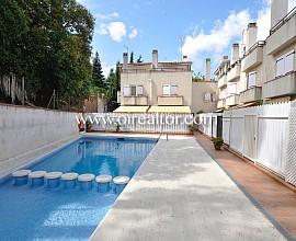 Acogedora casa pareada esquinera en venta de 200 m2 construidos y 4 habitaciones en el céntrico barrio de Sant Domenech, Sant Cugat