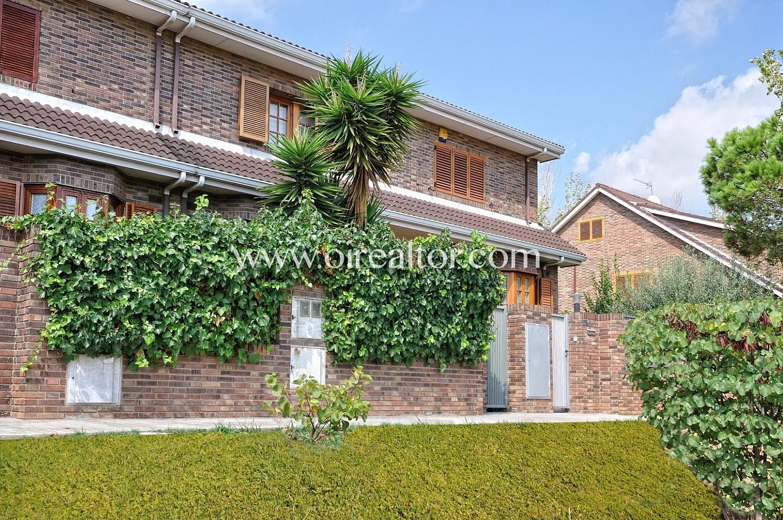 Casa pareada con vistas al parque de montigala badalona for Casa jardin badalona