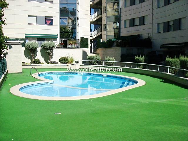 Bonito piso en venta de 3 habitaciones y una bonita zona comunitaria con piscina, en Cerdanyola del Valles
