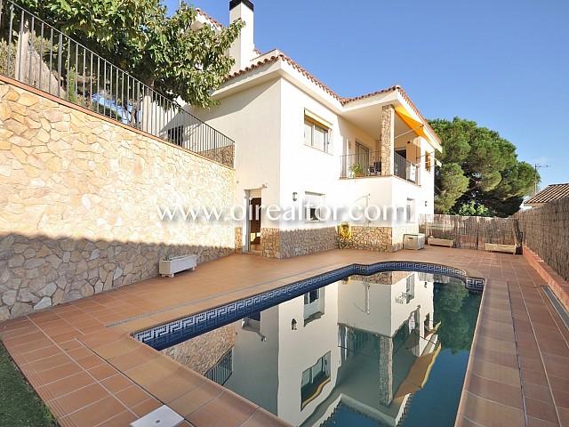 Casa seminueva en venta con piscina en zona cercana y tranquila de Arenys