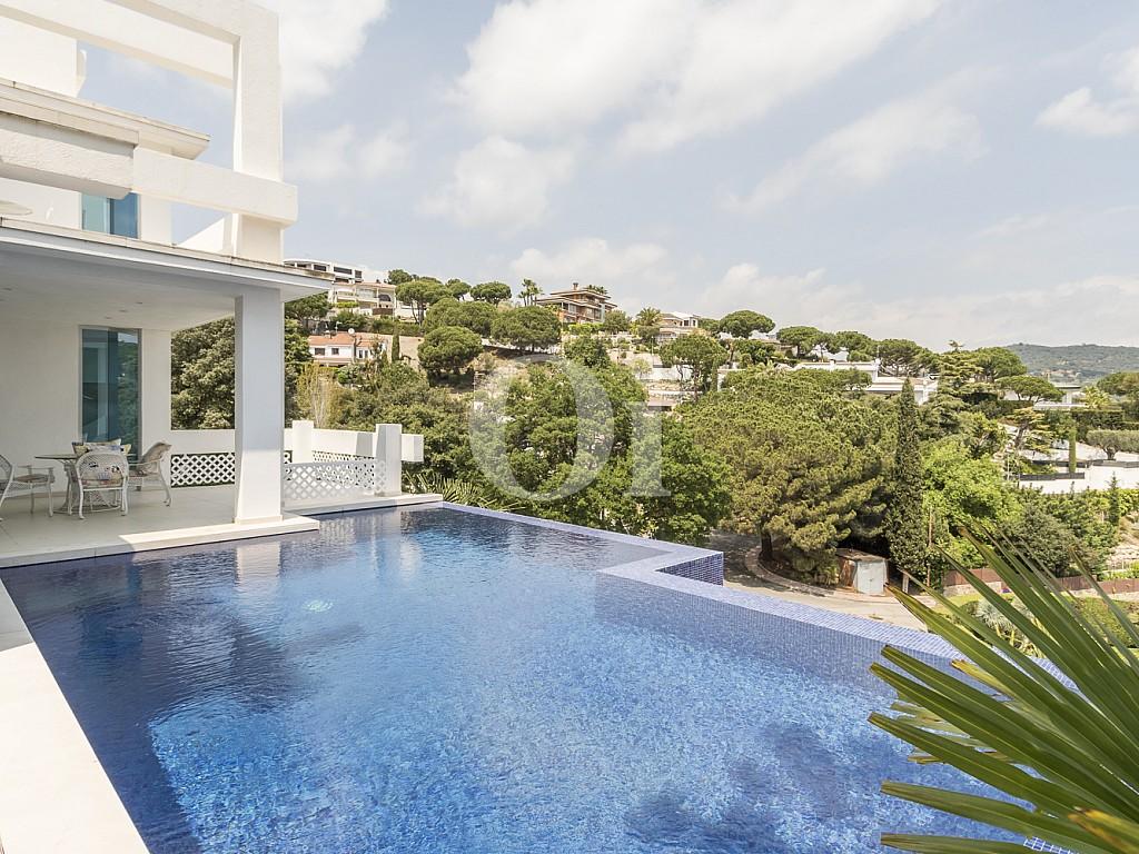Fant stica casa en venta con espectacular piscina y vistas for Piscina sitges
