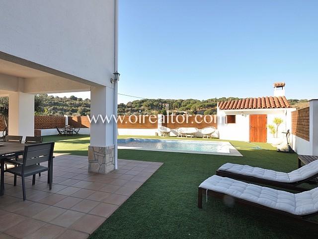 可爱装修的房子在Arenys de Mar的游泳池