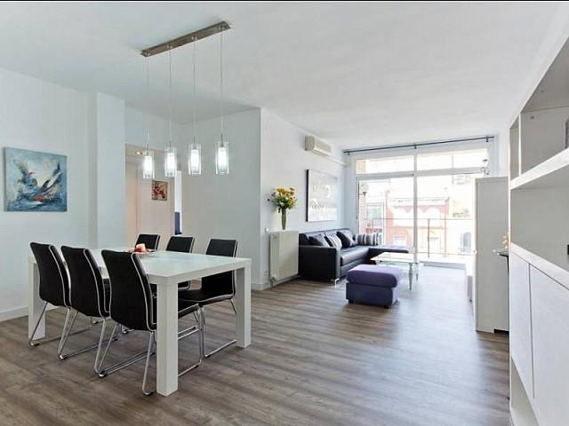 Spacieux salon salle à manger dans un appartement luxueux en location à Barcelone