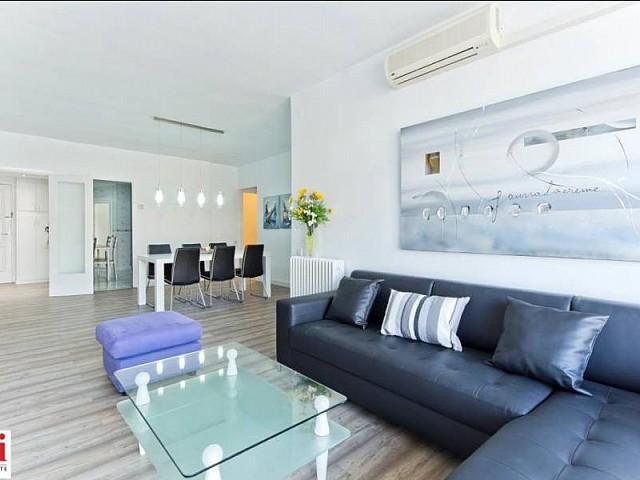 Salon spacieux et lumineux dans appartement luxueux en location